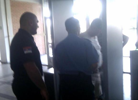 Trenutak kada radnik obezbeđenja izbacuje Aleksandra Đorđevića iz suda