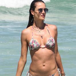 Alessandra Ambrosio pręży ciało w skąpym bikini. Co za ciało!