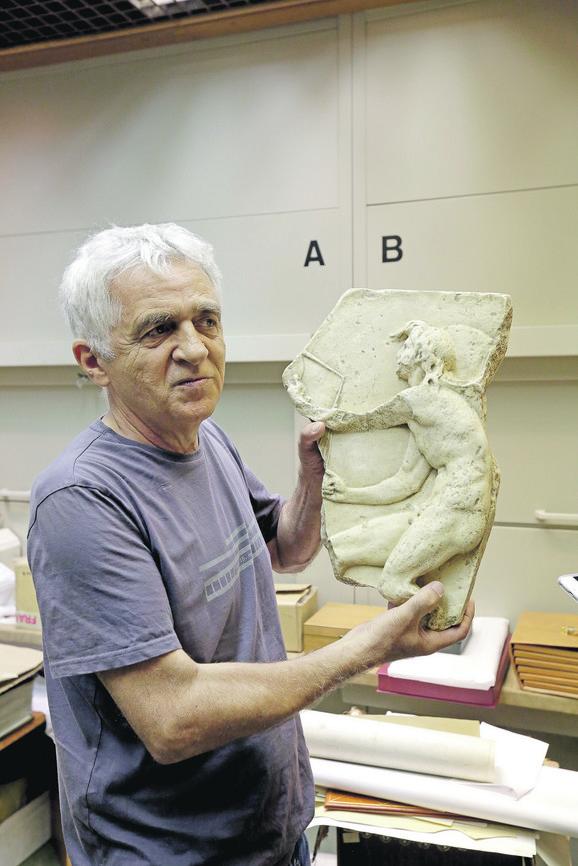 Kustos Momo Cvijović drži repliku rimskog boga Kairosa - boga srećnog trenutka.