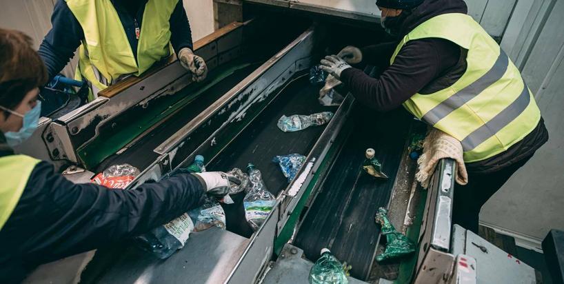 Oceniamy, jak Polacy segregują śmieci. Pracownik sortowni odpadów opowiada o częstych błędach