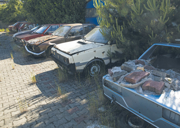 Niszczejące samochody, do czerwca stały na parkingu Zbigniewa Ćwikałowskiego, fot. Wojtek Górski