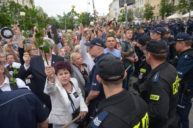 W czerwcu podczas obchodów miesięcznicy smoleńskiej kilkadziesiąt osób usiadło w poprzek jezdni, próbując w ten sposób zatrzymać przemarsz przed Pałac Prezydencki uczestnikom Marszu Pamięci.