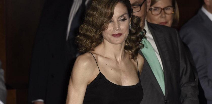 Obsiane piegami piersi królowej powodem skandalu? A skąd!