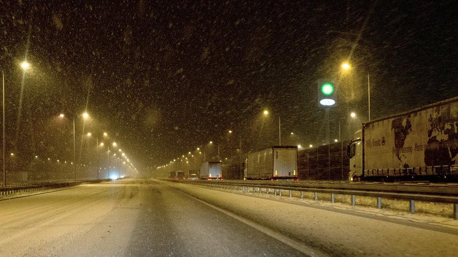 Nocne opady śniegu w Knurowie