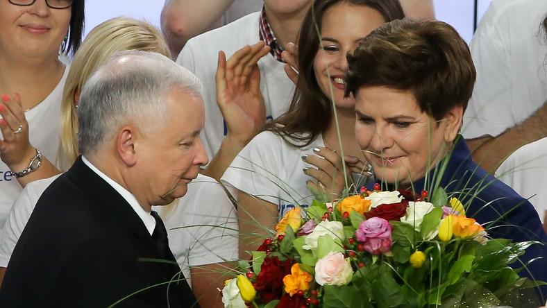 """Prawo i Sprawiedliwość wzywa do powstania szerokiego, """"biało-czerwonego"""" obozu w Sejmie. Według sondażu exit poll, PiS w dzisiejszych wyborach parlamentarnych uzyskał 38 procent poparcia i może rządzić samodzielnie. Mimo tego, w pierwszym powyborczym przemówieniu Jarosław Kaczyński mówił, że w Sejmie będzie potrzebował jeszcze szerszego obozu, który będzie szykował """"ogromne i trudne działania"""". - Wyciągam rękę do tych, którzy chcą dobrej zmiany - mówił. Nie sprecyzował jednak, które ugrupowania ma na myśli. Jarosław Kaczyński zapewnił też, że nie będzie się mścił na przeciwnikach. Nie będzie też - jak mówił -""""kopania tych, którzy upadli"""", nawet jeśli upadli """"z własnej winy i słusznie""""."""