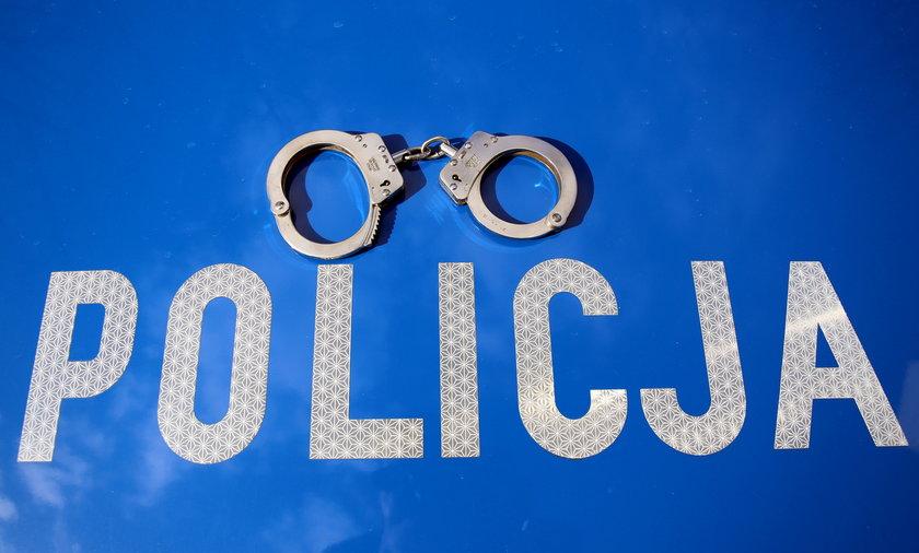 Policjanci zakuli kobietę w kajdanki na oczach 9-letniej córki.