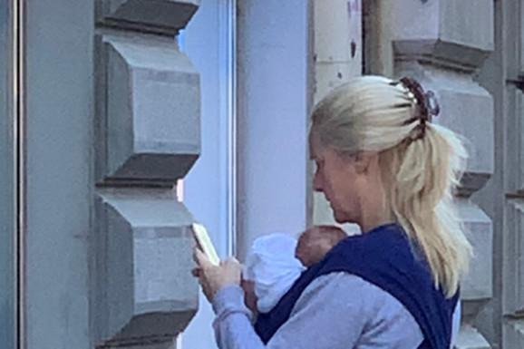 """TAMARA GRUJIĆ """"SA BEBOM U AKCIJI"""" Prve paparaco fotografije voditeljke sa ćerkicom, šeta Beogradom u različitim čarapama"""
