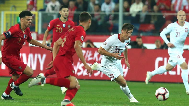 Polak Krzysztof Piątek (2P) i Pepe (L) z Portugalii podczas meczu piłkarskiej Ligi Narodów w Chorzowie