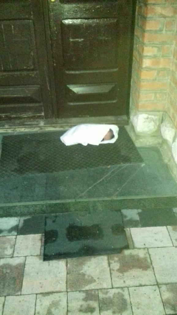 Ostavljena beba ispred vrata crkve