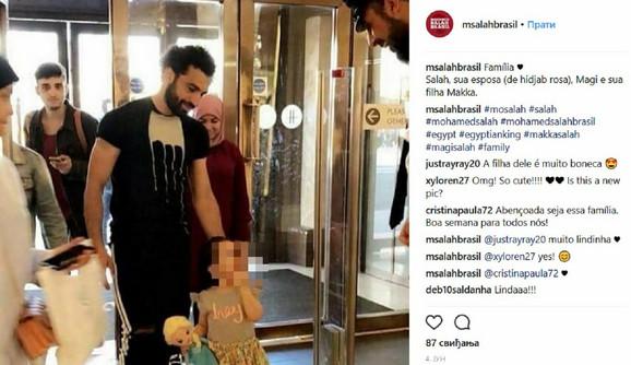 Mohamed Salah sa suprugom Magi (sa hidžabom) i ćerkom Makom