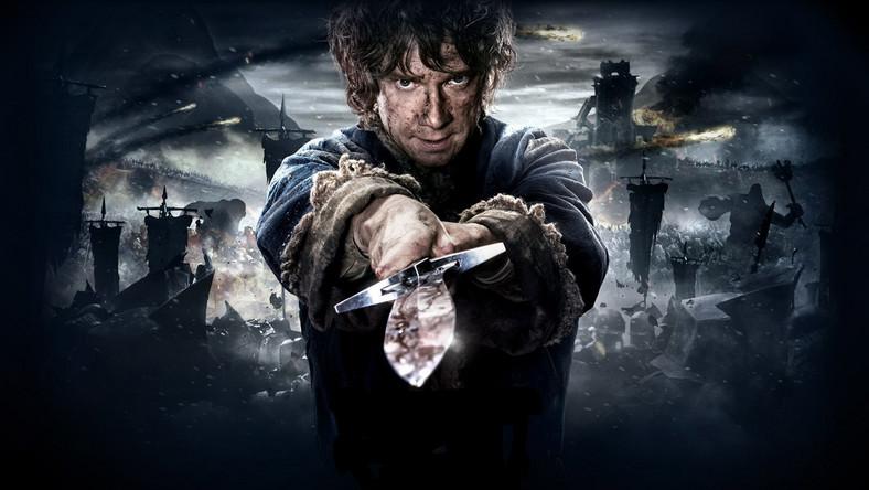 """Kiedy pod koniec lipca 2012 roku Peter Jackson ogłosił, że jego """"Hobbit"""" nie będzie dylogią, lecz trylogią, przez internet przeszły fala radości i fala goryczy. Zagorzali fani reżysera wierzyli, że to najlepsza z możliwych decyzji. Sceptycy obrażali się, że to jedynie próbą wsadzenia rąk w ich portfele. Ale machina ruszyła. Spekulacje rosły szybciej niż na giełdzie, siano plotki, kłócono się na forach w internecie, przeżywano temat i roztrząsano go. Wątpliwościom podlegało wszystko: od tytułu ostatniej części po jej przebieg fabularny. Dziś, dwa i pół roku później, jesteśmy bogatsi o pewną wiedzę. Co nie oznacza, że finałowa część nas nie zaskoczy"""