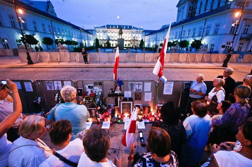 """Mieszkańcy warszawskiego Krakowskiego Przedmieścia mają już dość muzyki Chopina grającej z kamiennych ławek. Zadowoleni są za to """"obrońcy"""" krzyża, którzy koczują przed Pałacem Prezydenckim"""