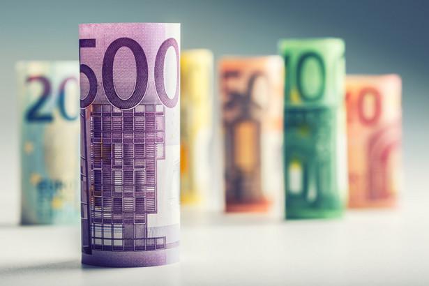 Z danych Narodowego Banku Polskiego wynika, że w 2015 r., w porównaniu z rokiem poprzednim, ponad trzykrotnie (o 253 proc.) wzrosła liczba ujawnionych w obiegu fałszywych banknotów euro - z 1856 do 6540 szt.