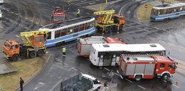 Autobus zderzył się z tramwajem. Wielu rannych FOTO