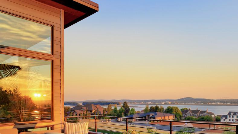 135 mln dolarów – tyle kosztuje najdroższy dom wystawiony na sprzedaż w Stanach Zjednoczonych. The Crispi/Hick Estate położony w Dallas zajmuje powierzchnię około 25 akrów, czyli tyle, ile 14 boisk piłkarskich.