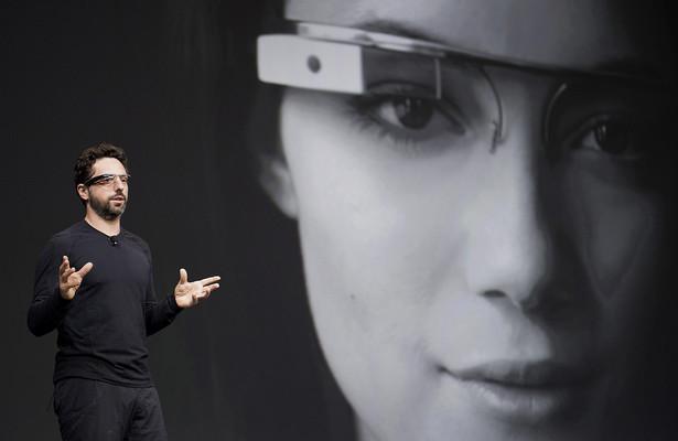 """1. Technologia ubieralna Wearables, czyli wszelkiego rodzaju inteligentne opaski i zegarki, były wielkim hitem dwóch wielkich technologicznych imprez - CES 2014 w Las Vegas oraz MWC 2014 w Barcelonie. Wielbiciele nowych technologii wciąż czekają jednak na rynkową premierę urządzenia, które zapoczątkowało """"szał"""" na wearables. Mowa o okularach Google Glass."""