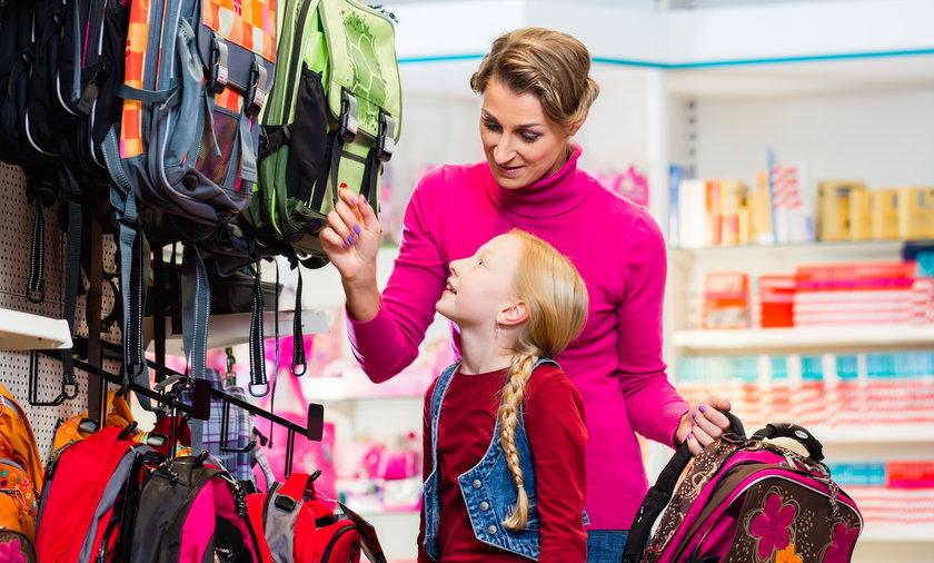 Mama z córką kupują plecak