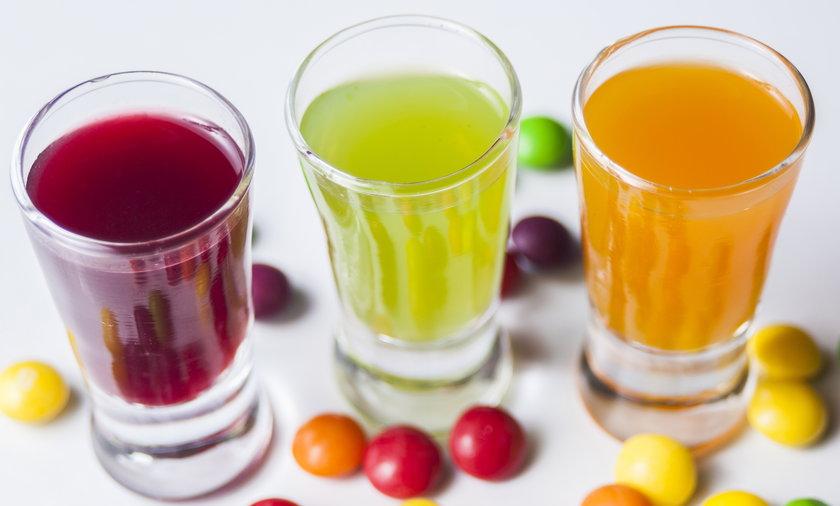 Kolorowa wódka domowej roboty na bazie cukierków. Przepis na kolorową wódkę z cukierków