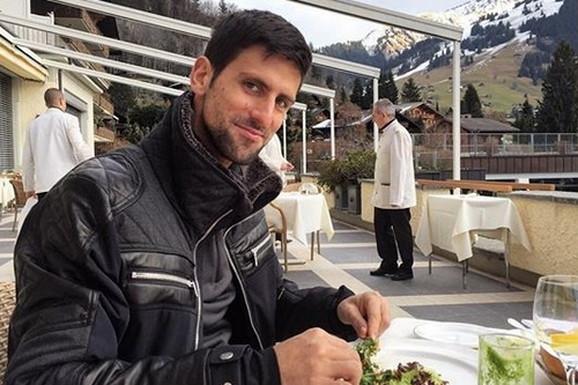 NAMIRNICA KOJOM SE NOLE BRANI OD KORONE, A IMAJU JE SVI! Recept koji je Đoković poneo iz Srbije i ne preskače NIJEDAN dan da ne konzumira!