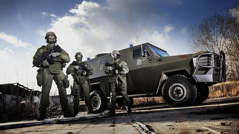 Dzik to polski opancerzony samochód wytwarzany przez AMZ Kutno. Model dzik-AT (antyterrorystyczny) przewozi 6-8 osób, 3 drzwi i 10 otworów strzelniczych. Pancerz zapewnia ochronę przed pociskami pośrednimi kaliber 7,62mm.