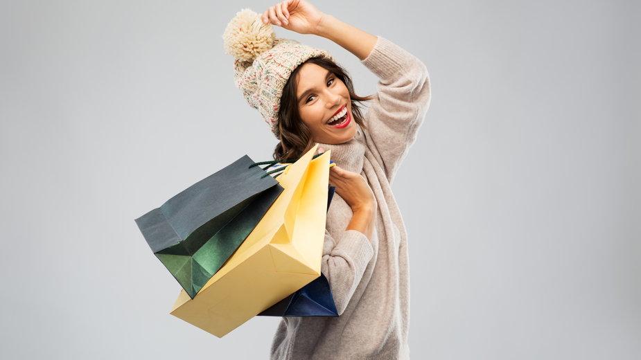 Ciepłe i modne swetry, za które nie zapłacisz więcej niż 60 zł