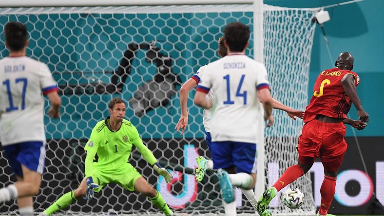 Romelu Lukaku strzelający bramkę na 3:0 w meczu z Rosją w Sankt Petersburgu