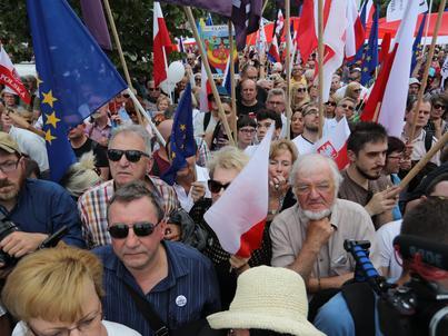 Przed Sejmem zebrali się protestujący przeciwko zmianom w sądownictwie forsowanym przez PiS