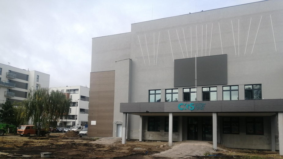 W otoczeniu Centrum Kultury i Sztuki w Skierniewicach zniknęły drzewa przed budynkiem  -władze zapowiadają nowe nasadzenia