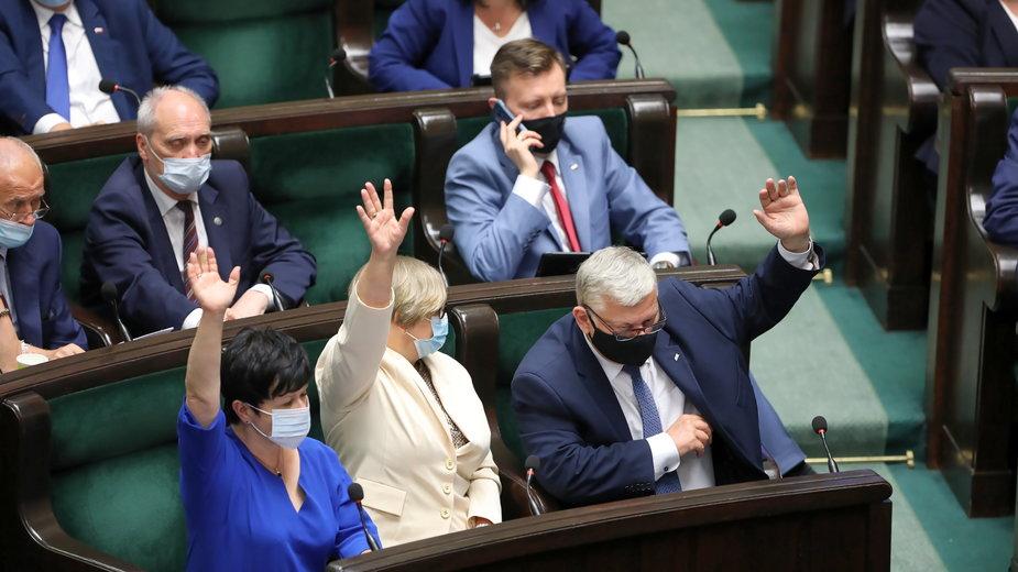 Politycy PiS podczas bloku głosowań w Sejmie w Warszawie