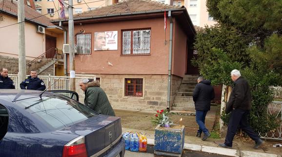 Građani pale sveće ispred kuće gde je Ivanović ubijen