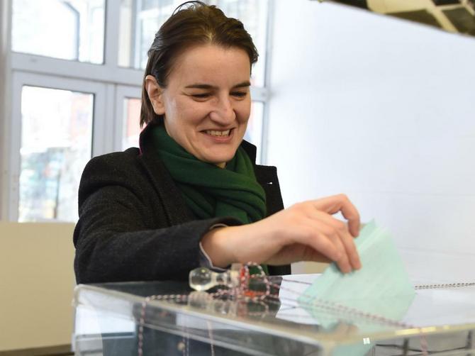 Izbori u Beogradu iz modnog ugla: Odeća se za glasanje pažljivo birala, a evo kako su političari DOSKOČILI DANAŠNJEM IZAZOVU