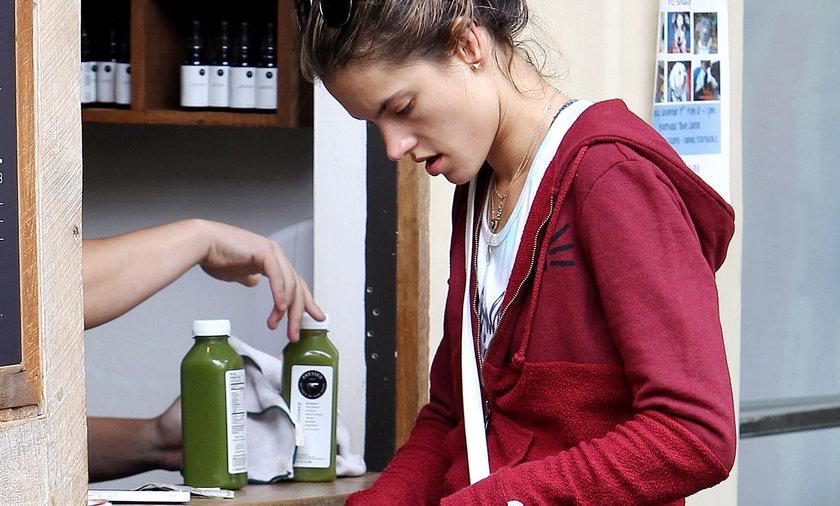 Alessandra Ambrosio kupuje sok