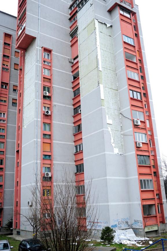 Deo fasade obrušio se juče pri udarima vetra:Soliter na Vidikovačkom vencu 75