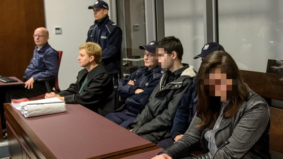 Lublin, 4 grudnia 2015 r. Oskarżeni Zuzanna M.  i Kamil N. na sali Sądu Okręgowego w Lublinie