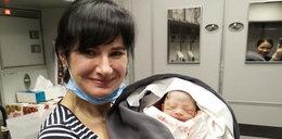 Pasażerka zaczęła rodzić w samolocie. Poród odebrała... laryngolog
