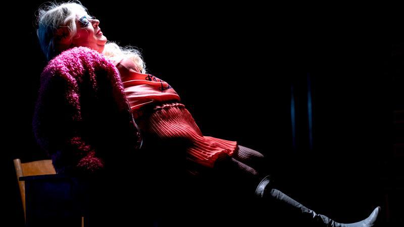 """Elżbieta Okupska na scenie Teatru Rozrywki w Chorzowie w trakcie prapremiery monodramu """"Mariacka 5"""""""