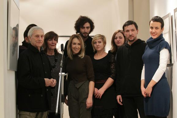 Vladimir Veličković sa Borkom Božović i sa ovogodišnjim i prošlogodišnjim laueratima u galeriji