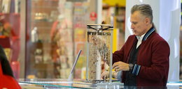 Kozyra sprzedaje paciorki w centrum handlowym