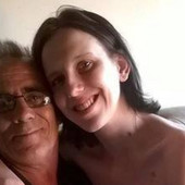 """""""DOBACUJU MU DA JE PRLJAVI PEDOFIL"""" Ima 22 godine i udala se za čoveka od 60, mlađa je od njegove dece, a on stariji od njenih roditelja"""