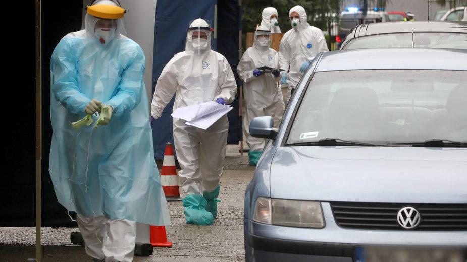 Na zdjęciu badania przesiewowe pod kątem zakażenia koronawirusem w Polsce