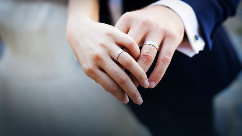 obrączki, młoda para, ślub, państwo młodzi