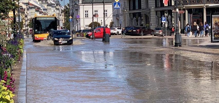 Awaria wodociągowa w centrum Warszawy. Woda zalewa Krakowskie Przedmieście