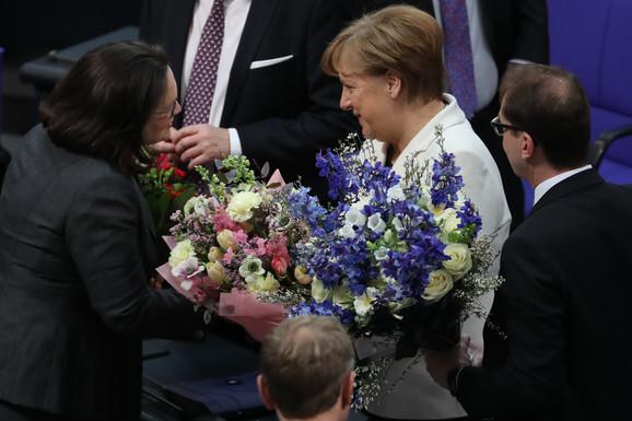 Merkelova prima cveće od vođe parlamentarne grupe Socijaldemokratske partije (SPD) Andree Nahles