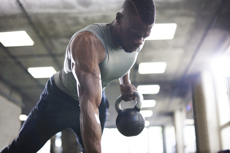 Homme, faire, kettlebell, planche, gymnase