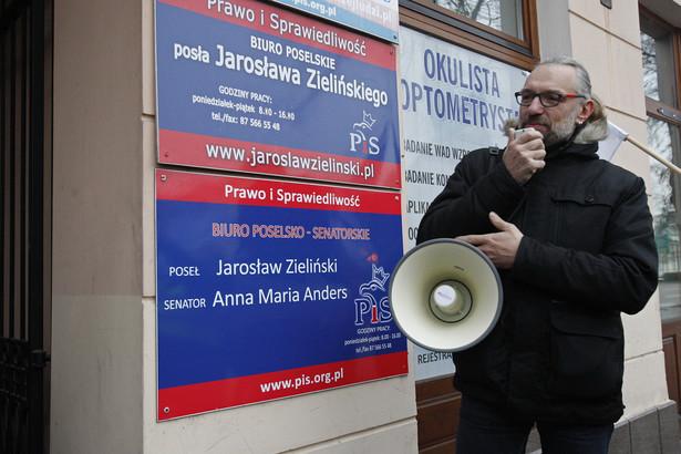 Lider KOD Mateusz Kijowski podczas protestu przed biurem senator PiS Anny Marii Anders oraz posła PiS Jarosława Zielińskiego w Suwałkach