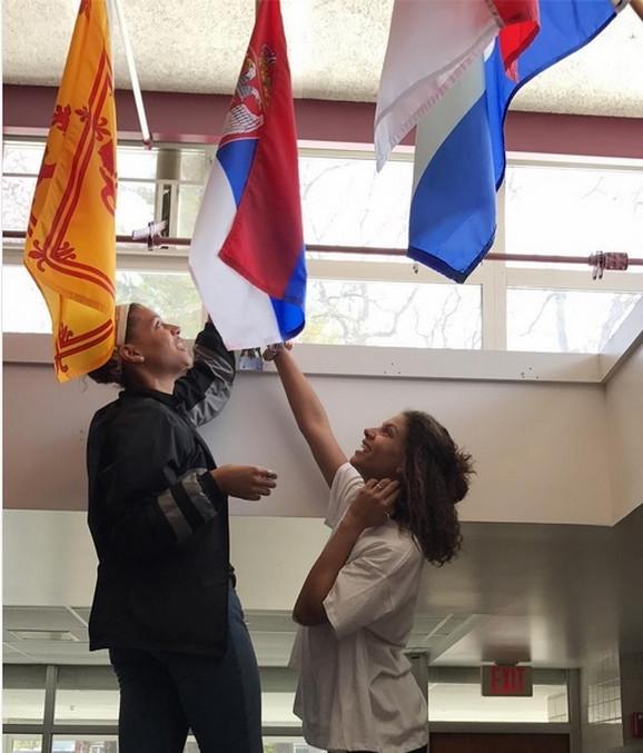 Natalija i Gabrijela Skoko kače srpsku zastavu u srednjoj školi u kojoj nastupa Sebastijan