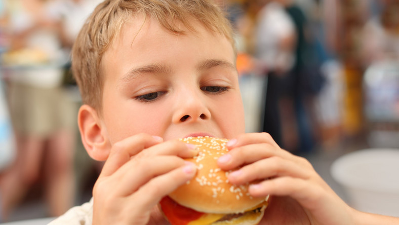Dziecko je hamburgera