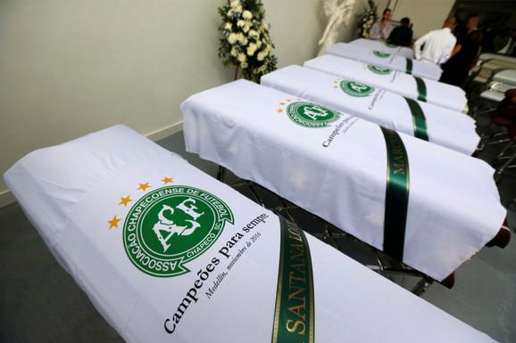 Kovčezi sa telima stradalih fudbalera Šapekoensea