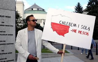 'Chlebem i solą-nie pięścią'. Przed Sejmem odbyła się pikieta przeciwko nienawiści rasowej