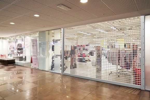 Za zatvaranje ulaza u radnje, kao i izloga, Hörmann u proizvodni program uvodi kvalitetno rešenje rolo vratima Shop Roller SR